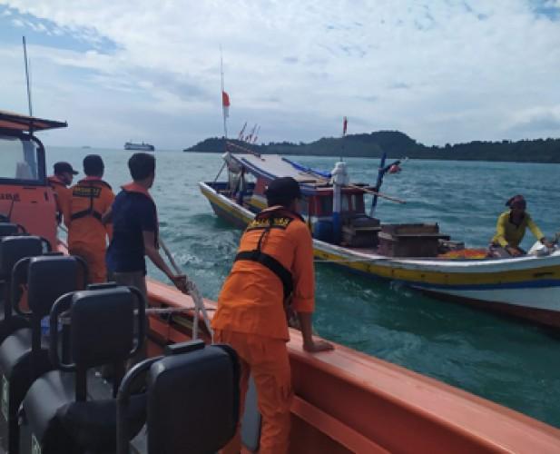 Basarnas Bakauheni Evakuasi 3 Nelayan Beserta Kapal yang Mati Mesin