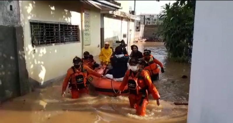 Basarnas Evakuasi Korban Banjir di Bandar Lampung
