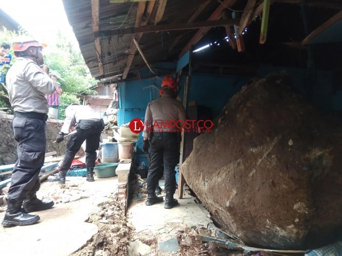Batu Berukuran Tiga Meter Timpa Rumah Warga Kaliawi