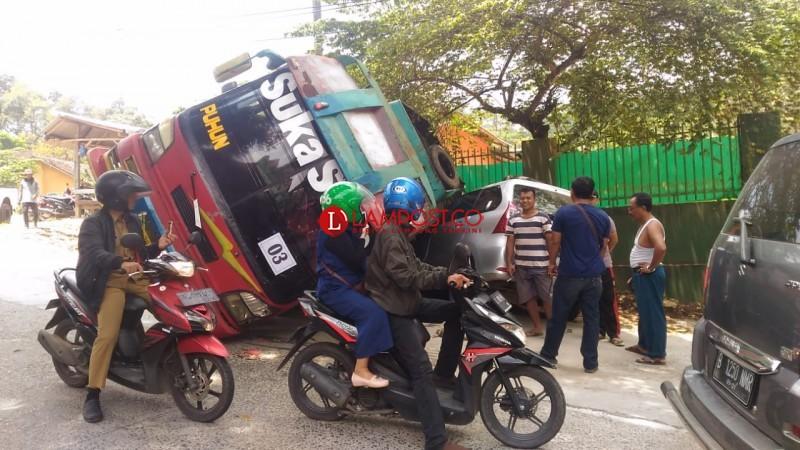 Bawa Rombongan Pendemo, Bus Terguling dan Timpa Avanza di Kemiling