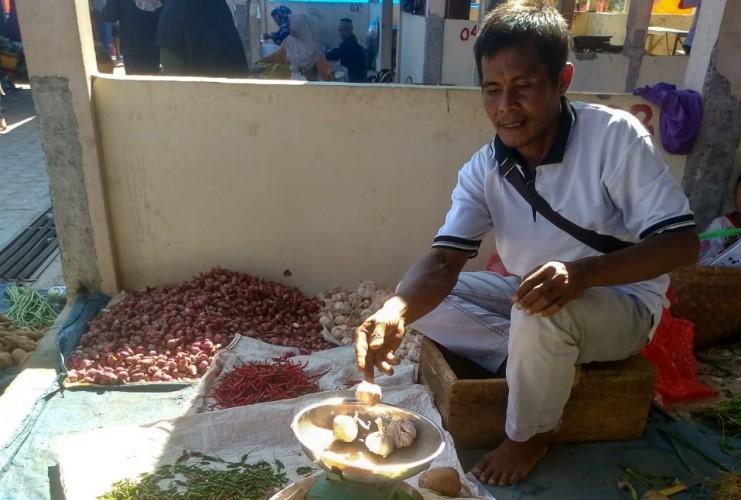 Bawang Putih di Pasar Blambangan Umpu Turun Jadi Rp50 Ribu Per Kilo
