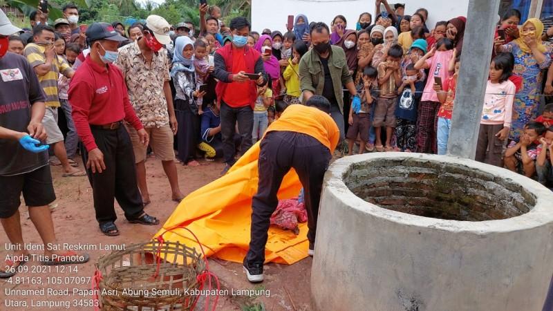 Bayi Laki-laki Ditemukan Mengapung Dalam Sumur