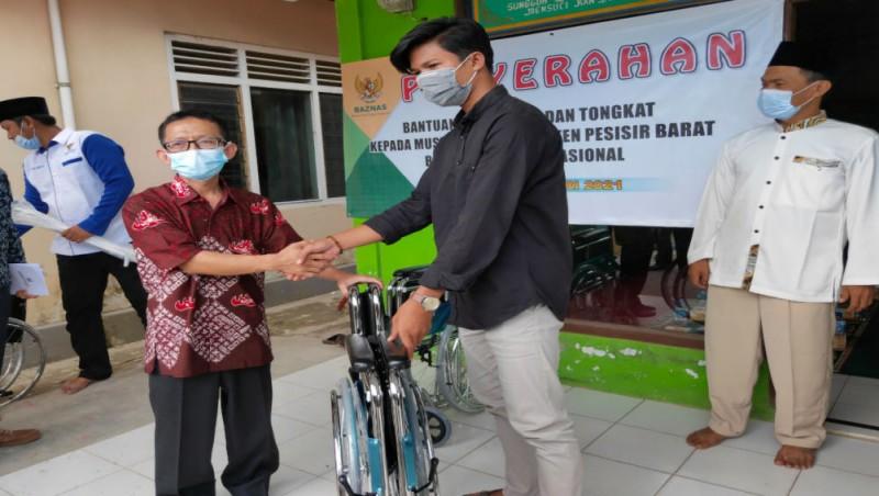 Baznas Salurkan 26 Kursi Roda dan 134 Tongkat Penyandang Disabilitas di Pesisir Barat