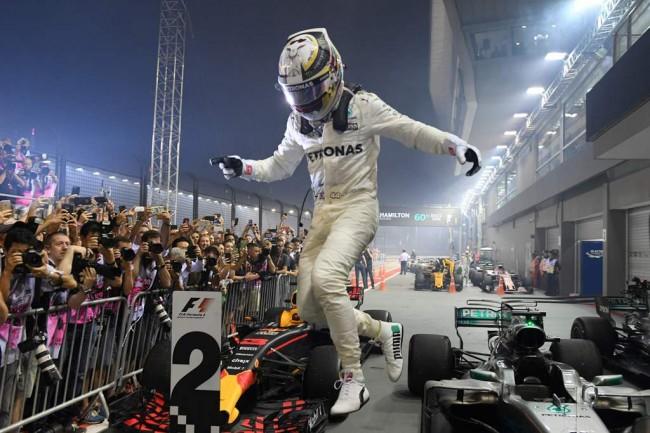 Hamilton Juara GP Singapura, Duo Ferrari Tabrakan