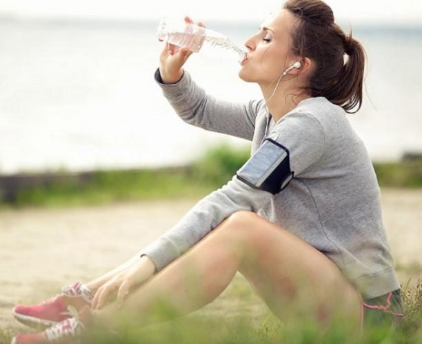 Beberapa Manfaat Minum Air Sambil Duduk