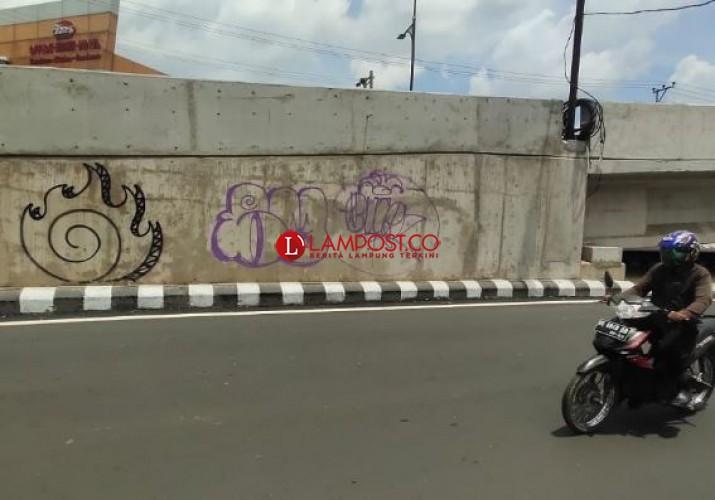 Belum Diresmikan, Flyover Sultan Agung Sudah Dicoret-coret