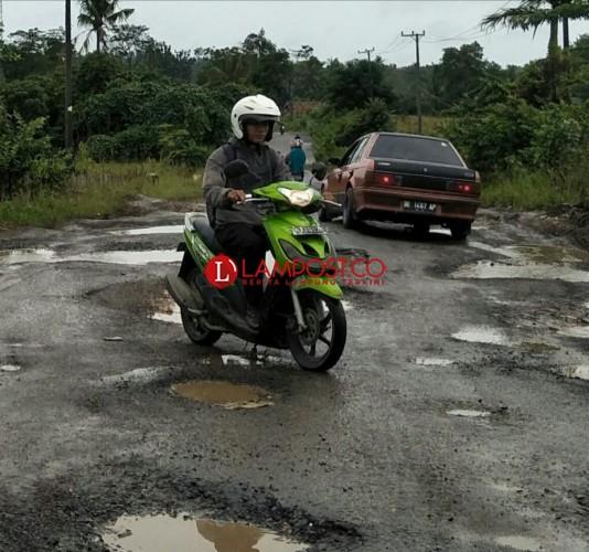 Belum Lama Diperbaiki, Jalan Simpang Gayam-Simpanglima Rusak Lagi