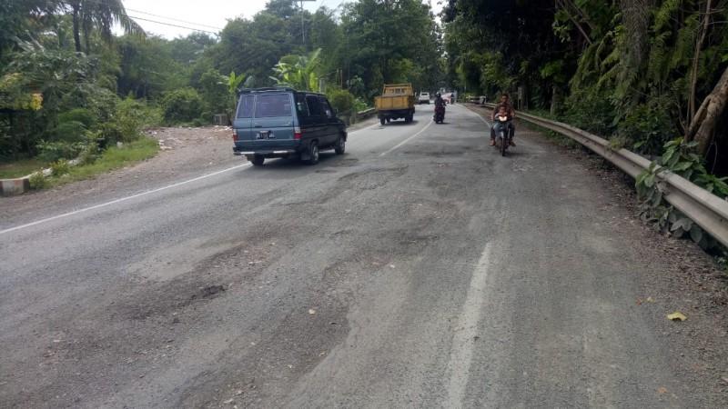 Belum Lama Diperbaiki, Jalan Soekarno-Hatta Kembali Rusak