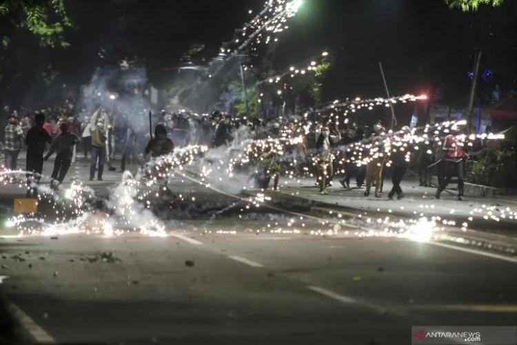 Bentrok Polisi dan Massa Pecah Saat Pendemo Dibubarkan