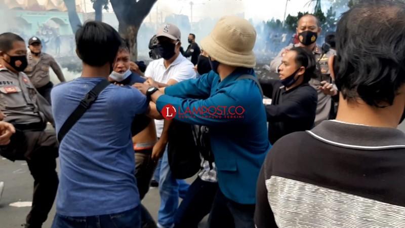 Bentrokan Pecah Saat Demo Penolakan Omnibus Law, Sejumlah Mahasiswa Luka-luka