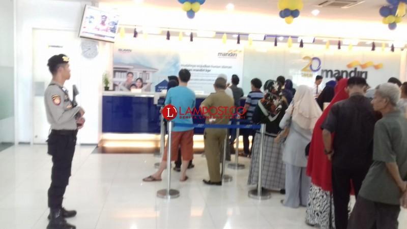 Berikan Rasa Aman pada Nasabah Bank, Personel Polres Lampura Lakukan Pengamanan