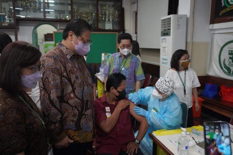 Berkunjung ke Sentra Vaksinasi Serviam, Menko Airlangga Ingatkan Masyarakat Tetap Patuhi Protokol Kesehatan