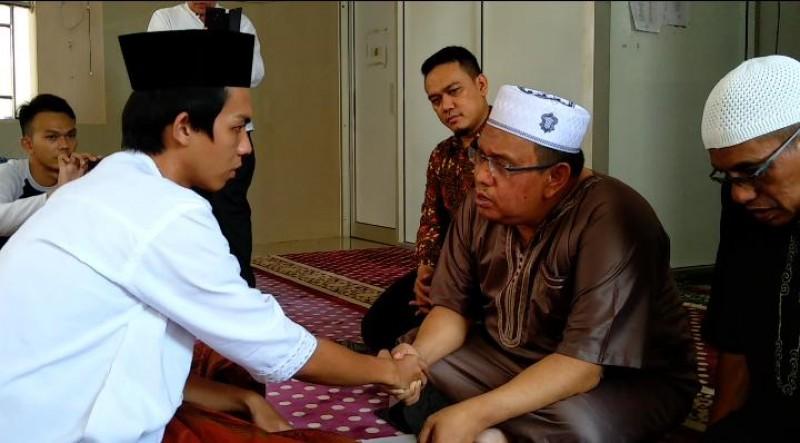 Bermimpi Bertemu Pimpinan Ponpes, Pengantar Galon Ini Masuk Islam