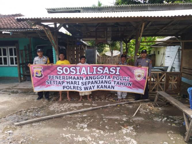 Bhabinkamtibmas Sosialisasi Rekrutmen Polri di Kampung Binaan