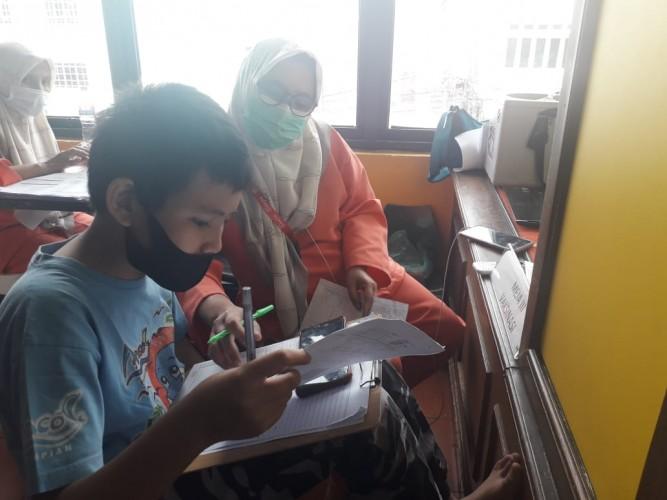 Bidan Suntik Vaksin Karyawan Sambil Dampingi Anak Belajar Daring