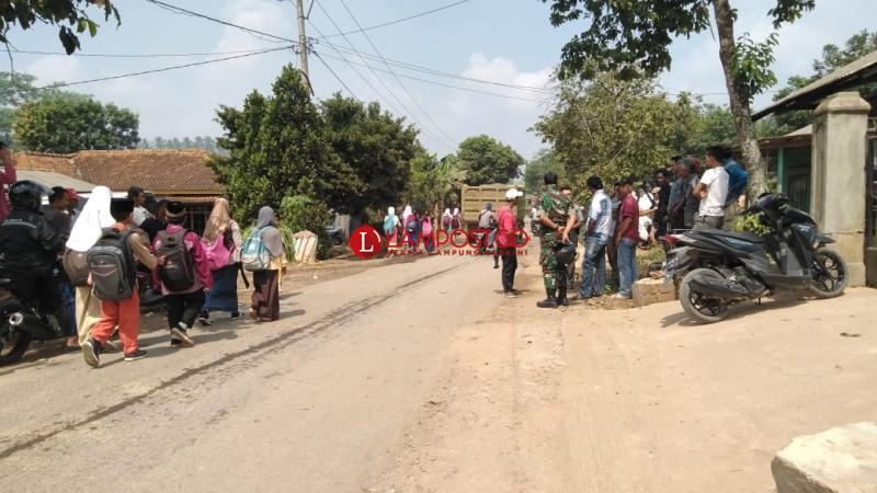 Blokir Jalan, Warga Tuntut Perbaikan dan Penyiraman
