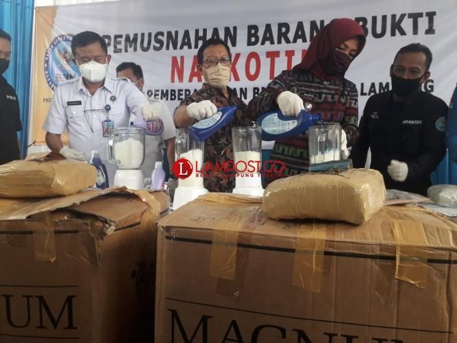 BNNP Lampung Musnahkan 17,4 Kg Sabu