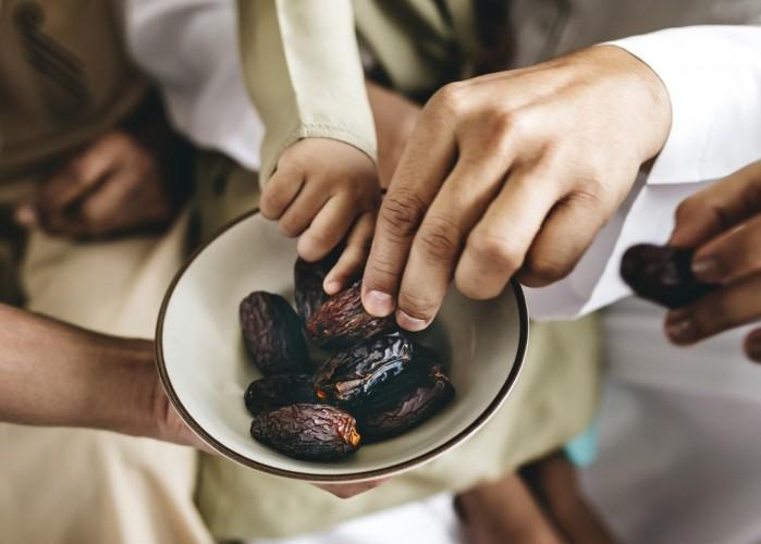 Bolehkah Membayarkan Utang Puasa Ramadan Orang Lain?