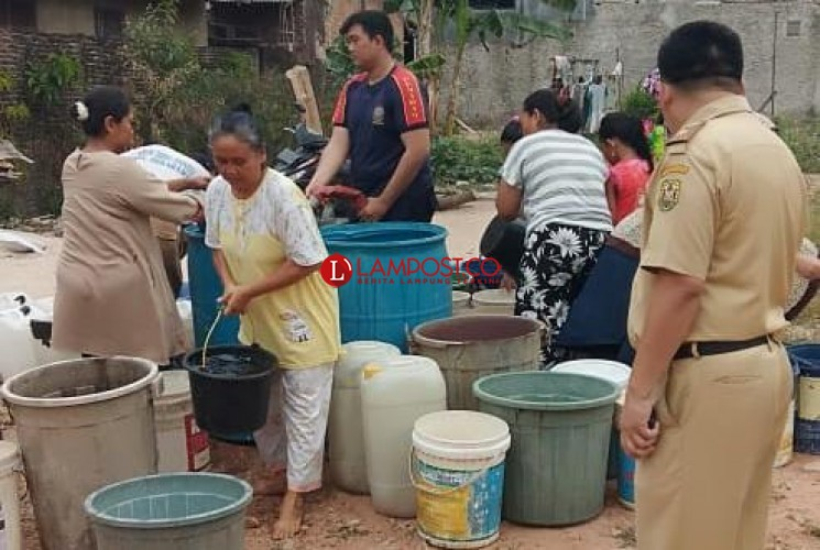 BPBD Bandar Lampung Salurkan Air Bersih di Lima Titik