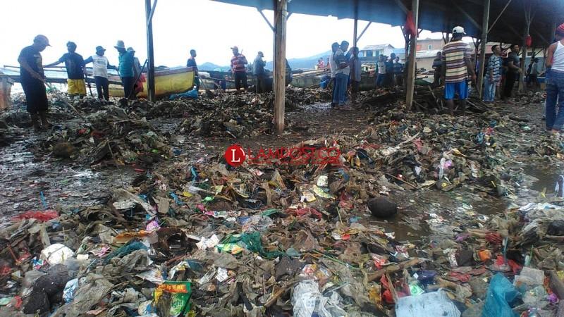 BPBD dan Warga Bersihkan Sampah dari Gelombang Tinggi di Sukaraja