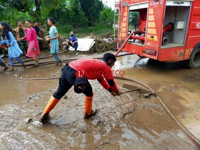 BPBD dan Warga Pringsewu Gotong Royong Bersihkan Sisa Banjir