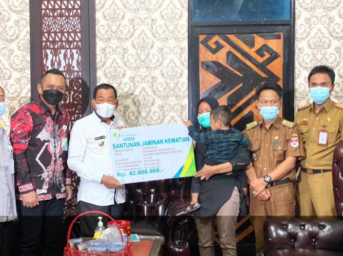 BPJamsostek Lampung Tengah Serahkan Santunan Kematian ke Ahli Waris Aparatur Desa di Mesuji