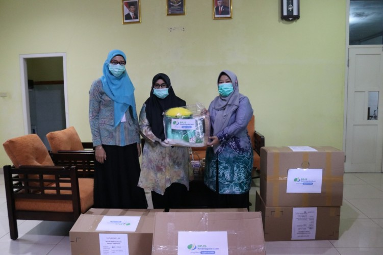 BPJamsostek Lamteng Salurkan Bantuan APD ke RS Yukum Medical Center