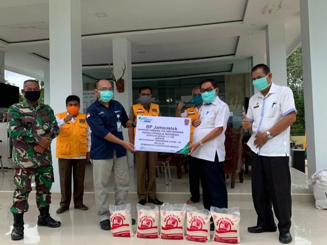 BPJamsostek Tulangbawang Salurkan Bantuan 1,2 Ton Beras ke Warga Terdampak Covid-19