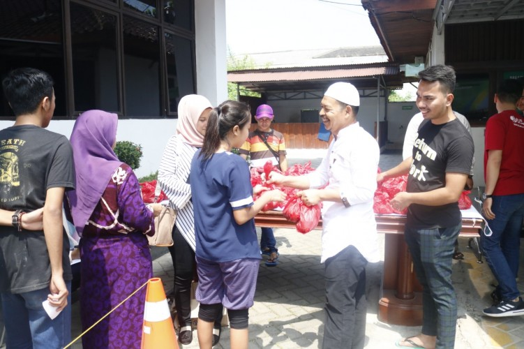 BPJSTK Bandar Lampung Bagikan 250 Kantong Daging Kurban