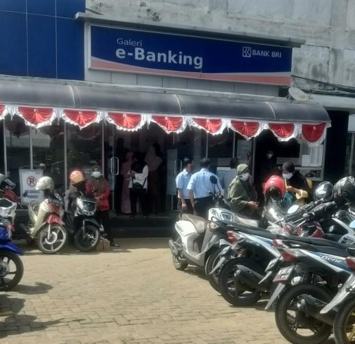 Pengunjung Padati Parkiran Bank di Kotabumi