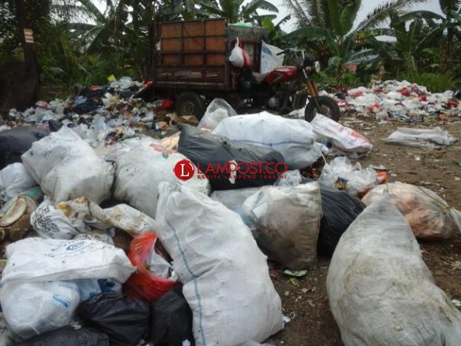 Buang Sampah Sembarangan, Petugas Kebersihan BKP Tegur Toko Ully