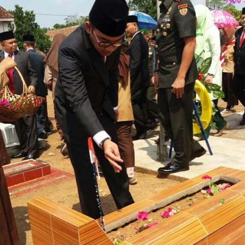 Bupati Adipati Tabur Bunga di Makam Pejuang Veteran