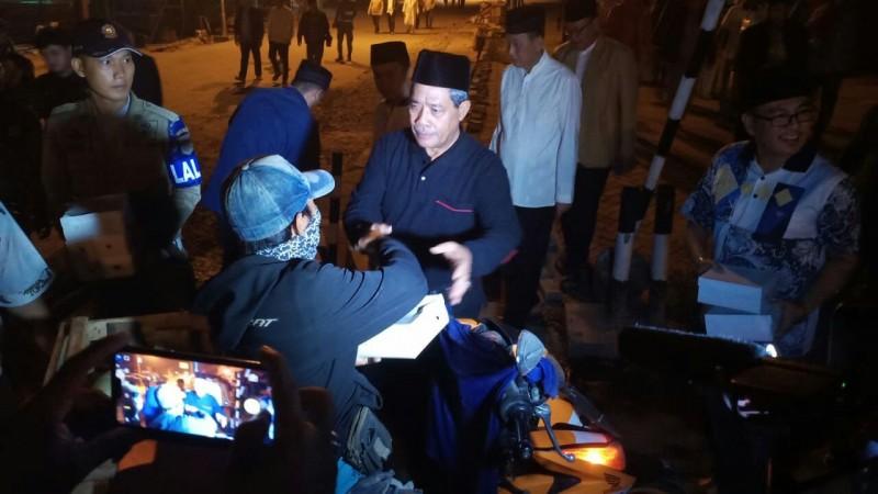 Bupati Lampung Tengah Bagikan Nasi Bungkus, Sahur Bersama Warga