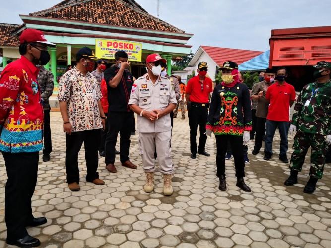 Bupati Lampung Tengah Bantu Korban Puting Beliung di Tuba