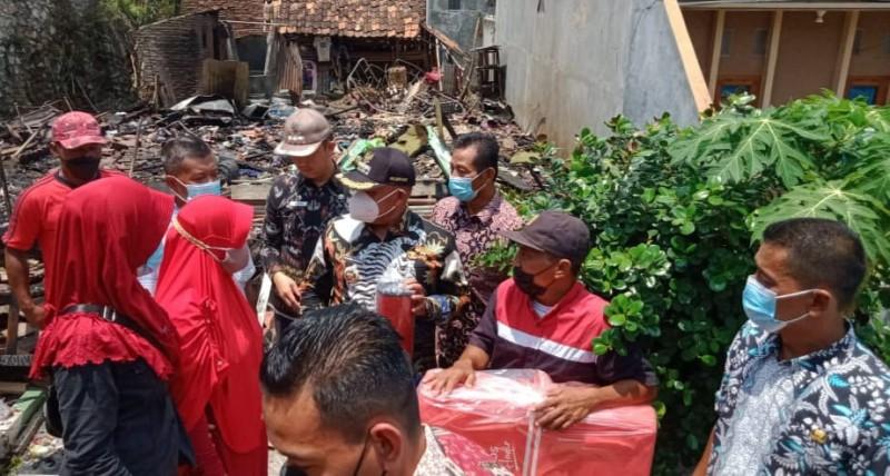 Bupati Lamsel Bantu Korban Kebakaran di Jatimulyo