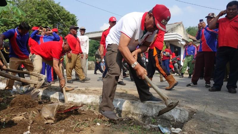 Bupati Lamteng Gotong Royong Bersihkan Saluran Air