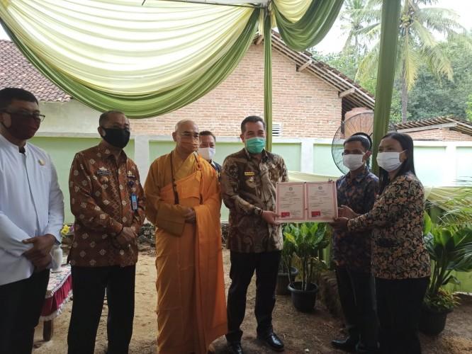 Bupati Pesawaran Serahkan Akta Perkawinan 162 Pasang Umat Budha