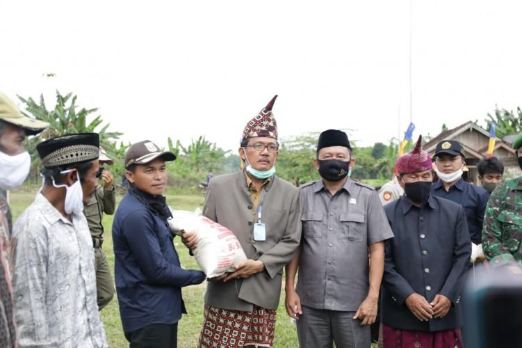 Bupati Pesisir Barat Salurkan Bantuan 5 Ton Beras di Bangkunat