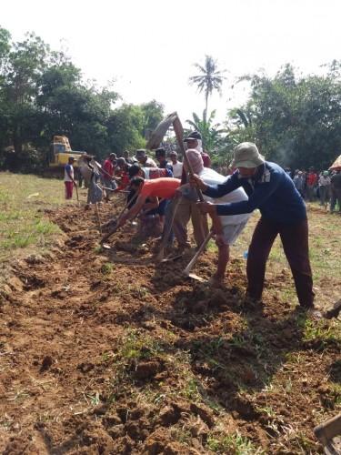 Bupati Pimpin Gotong Royong Bangun Jalan Bumi Kencana