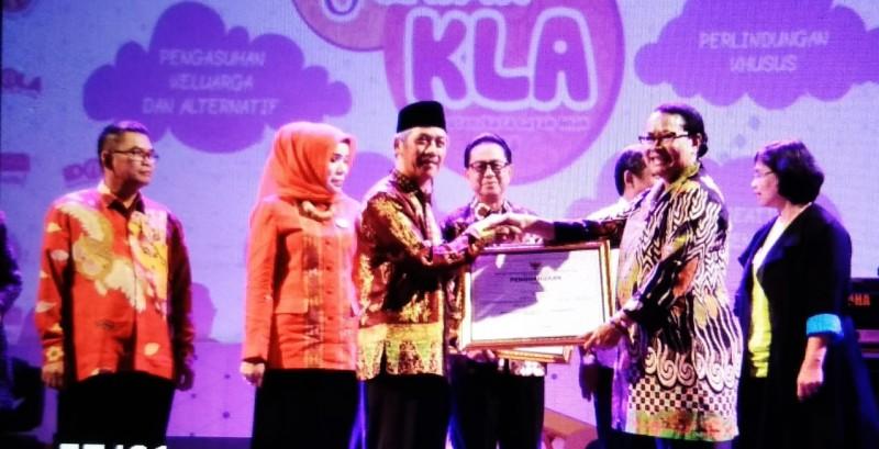 Bupati Pringsewu Meraih Penghargaan dari Kementerian Pemberdayaan Perempuan dan Perlindungan  Anak