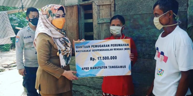 Bupati Tanggamus Serahkan Bantuan Bedah Rumah dan Tinjau Pengolahan Ikan Asin