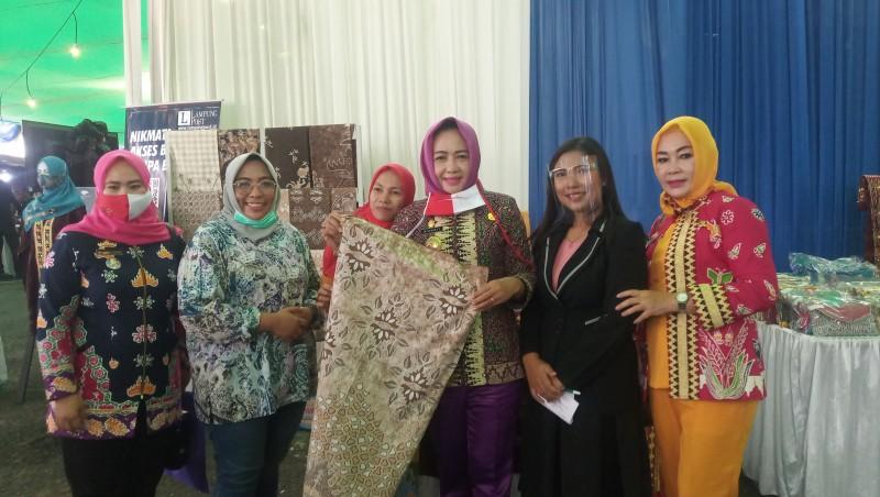 Bupati Tuba Borong Masker Tapis di HUT Lampung Post