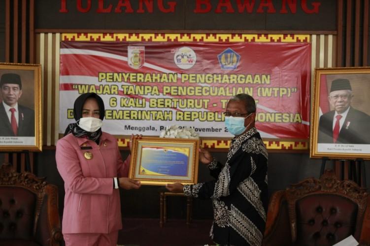 Bupati Tuba Terima PenghargaanWTP dari Kepala KPPN Kotabumi