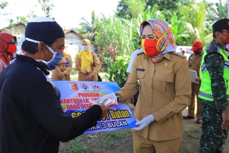 Winarti Bersama Baznas Bagikan Sembako untuk Guru Honor