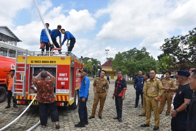 Bupati Way Kanan Meninjau Uji Coba Mobil Pemadam Kebakaran