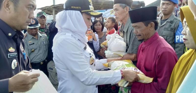 Bupati Winarti Tegur Tim Medis di Posko Pengungsian