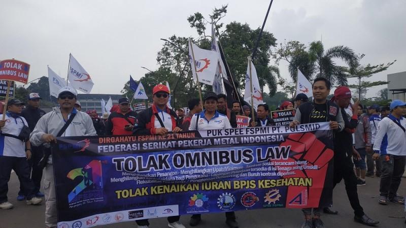 Buruh Aksi di DPR Tolak <i>Omnibus Law</i>