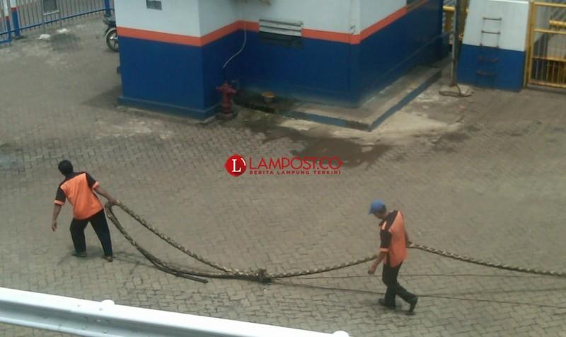 Buruh Kepil Pelabuhan dengan UMR Standar