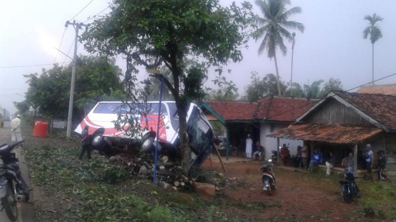 Bus Ranau Indah Tabrak Pohon di Abung Barat, Tiga Penumpang Terluka