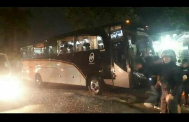 Bus Suporter PSS Sleman Dilempar Batu Orang Tak Dikenal di Jalan Ryacudu